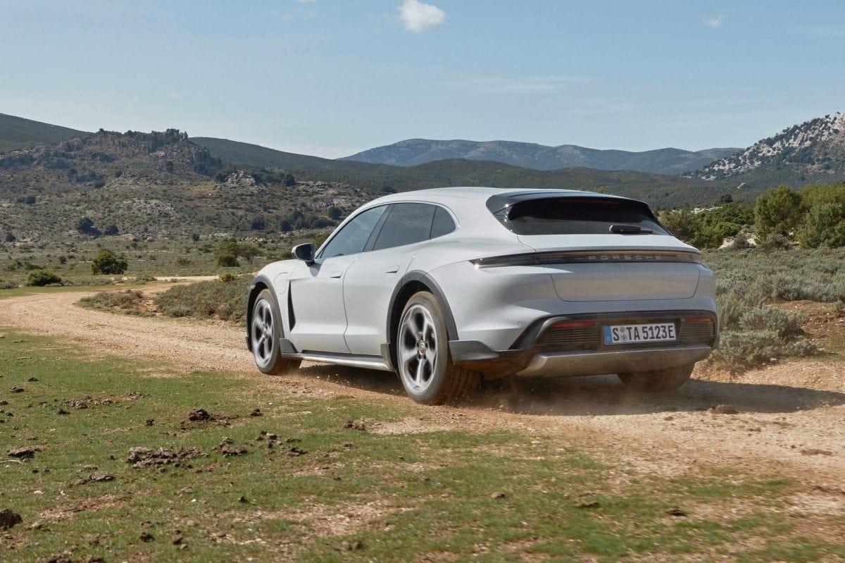 Porsche Taycan Cross Turismo roulant sur graviers